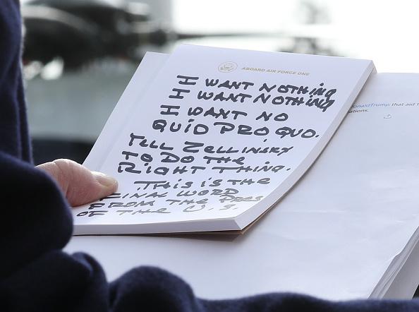 Holding「President Trump Departs White House En Route To Austin, Texas」:写真・画像(16)[壁紙.com]