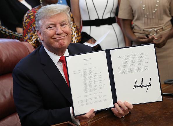"Writing「President Trump Signs Memorandum Launching The ""Women's Global Development And Prosperity"" Initiative」:写真・画像(15)[壁紙.com]"