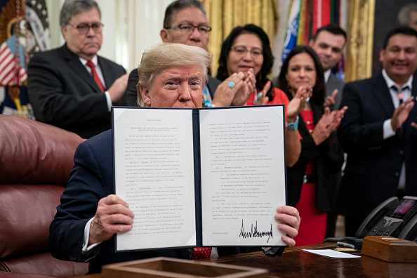 Signing「Trump Signs Order For Task Force For Missing And Murdered Native Americans」:写真・画像(15)[壁紙.com]