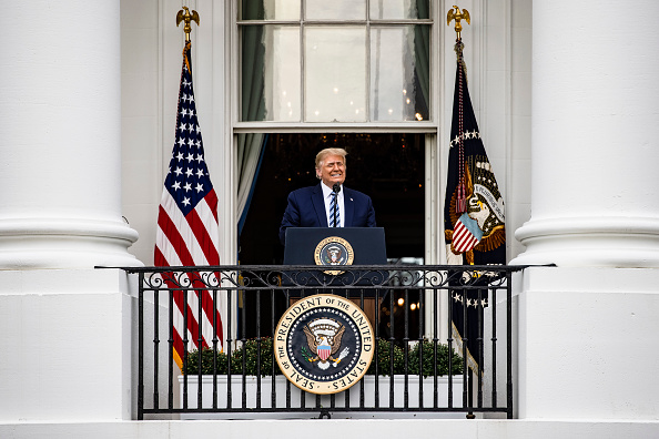 Smiling「President Trump Delivers Speech To Supporters From White House Balcony」:写真・画像(6)[壁紙.com]