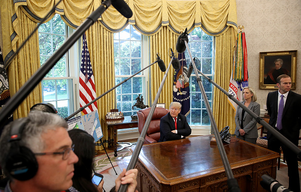 Win McNamee「President Trump Briefed On Hurricane Michael By Secretary Of Homeland Security Nielsen And FEMA Chief Long In Oval Office」:写真・画像(5)[壁紙.com]