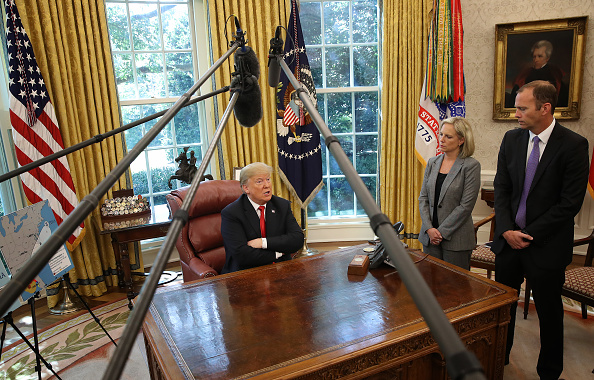 Win McNamee「President Trump Briefed On Hurricane Michael By Secretary Of Homeland Security Nielsen And FEMA Chief Long In Oval Office」:写真・画像(1)[壁紙.com]