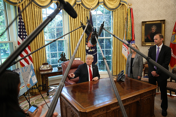 Win McNamee「President Trump Briefed On Hurricane Michael By Secretary Of Homeland Security Nielsen And FEMA Chief Long In Oval Office」:写真・画像(0)[壁紙.com]