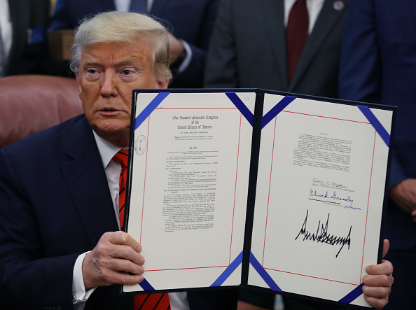 Sign「President Trump Signs Supporting Veterans In STEM Careers Act In Oval Office」:写真・画像(10)[壁紙.com]