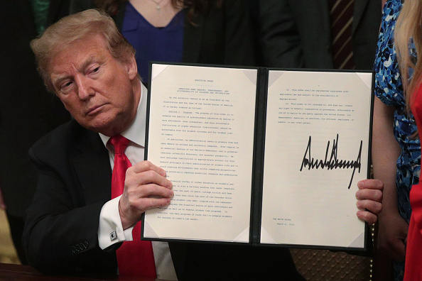 Signing「President Donald Trump Signs Executive Order To Uphold Free Speech On College Campuses」:写真・画像(2)[壁紙.com]