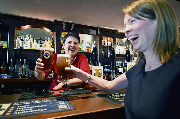 Crockery「Scottish Conservative Leader Meets Voters In The Pub」:写真・画像(5)[壁紙.com]