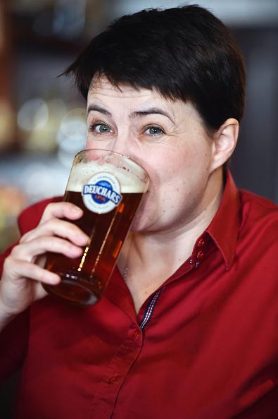 Crockery「Scottish Conservative Leader Meets Voters In The Pub」:写真・画像(14)[壁紙.com]