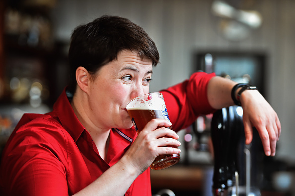 Crockery「Scottish Conservative Leader Meets Voters In The Pub」:写真・画像(17)[壁紙.com]