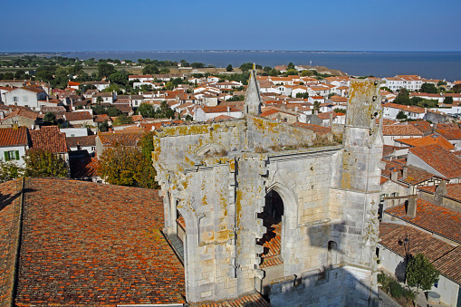 Nouvelle-Aquitaine「St Martin Church tower and town from above.」:スマホ壁紙(12)