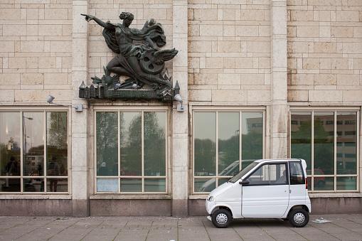 Compact Car「Compact car parked under sculpture on building」:スマホ壁紙(17)