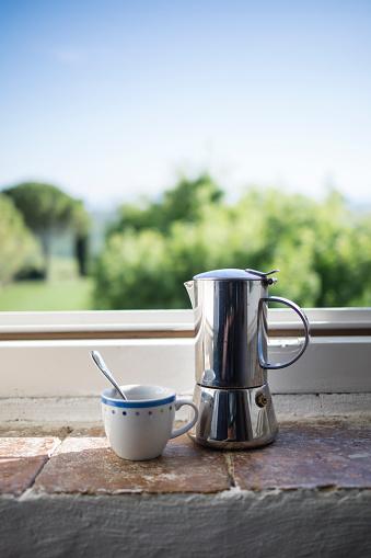 晴れている「Espresso can and coffee cup by the window」:スマホ壁紙(13)