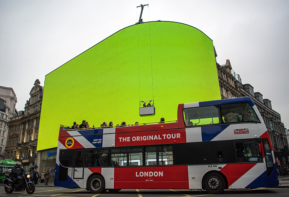 Bus「Preparations Are Made To The Advertising Billboards At Piccadilly Circus」:写真・画像(8)[壁紙.com]
