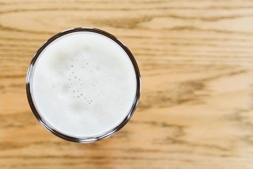 ガラス「One pint of beer on wooden counter」:スマホ壁紙(18)