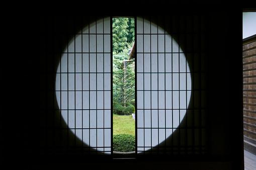 Karin「Tea room window」:スマホ壁紙(1)