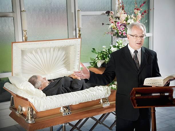 A Minister Conducting A Funeral Service:スマホ壁紙(壁紙.com)