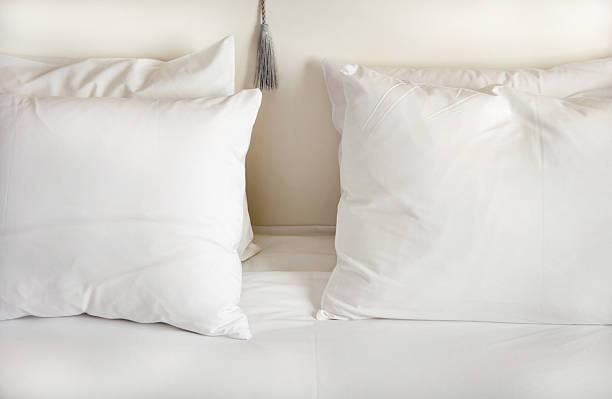 White pillows on bed:スマホ壁紙(壁紙.com)