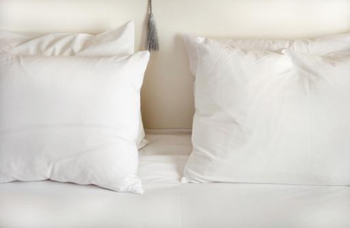 Pillow「White pillows on bed」:スマホ壁紙(10)