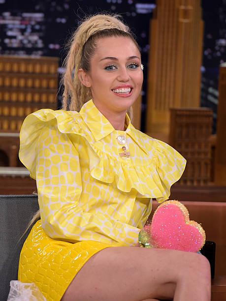 "Miley Cyrus Visits ""The Tonight Show Starring Jimmy Fallon"":ニュース(壁紙.com)"