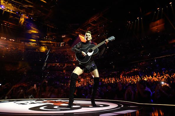 背景に人「2017 iHeartRadio Music Festival - Night 2 - Show」:写真・画像(8)[壁紙.com]