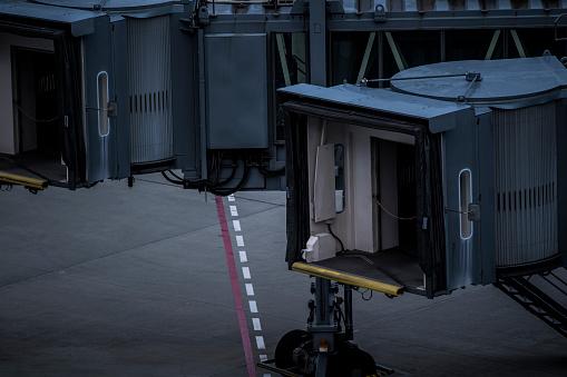 Japan「空港で働く様々 な車。」:スマホ壁紙(3)