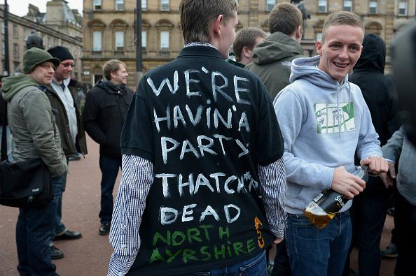 見せる「People Hold Parties Following The Announcement Of Former British Prime Minister Margaret Thatcher's Death」:写真・画像(3)[壁紙.com]
