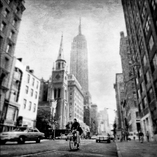 Empire State Building「Bicyclist and Manhattan Skyline with Empire State Building, New York City, New York, USA」:写真・画像(18)[壁紙.com]