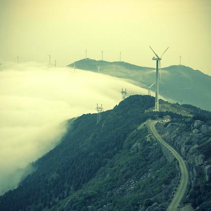自然美「山の風車」:スマホ壁紙(16)