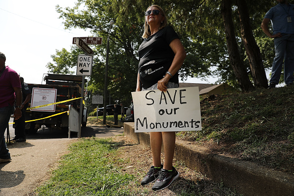 Monument「White Supremacists Rally In Knoxville Draws Counter Protest」:写真・画像(5)[壁紙.com]