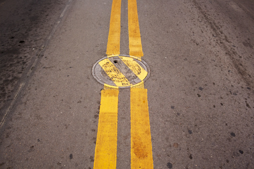 Dividing Line - Road Marking「Manhole Cover With Deviating Lines.」:スマホ壁紙(5)