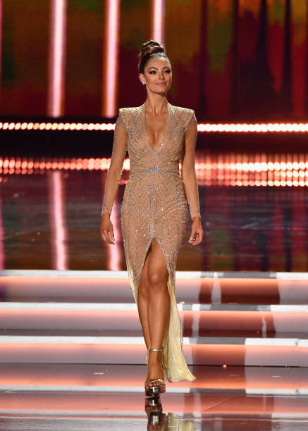 Plunging Neckline「The 2017 Miss Universe Pageant」:写真・画像(10)[壁紙.com]