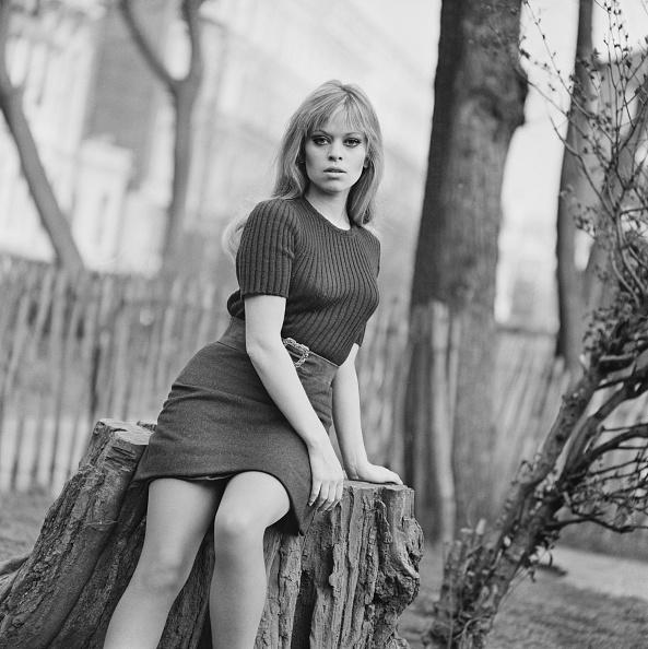 座る「Edina Ronay」:写真・画像(1)[壁紙.com]