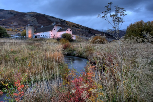 Utah「White Barn in Autumn」:スマホ壁紙(2)