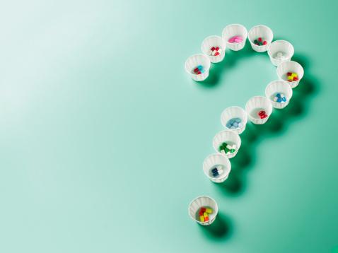Uncertainty「Pills in cups arranged into shape of question mark」:スマホ壁紙(11)
