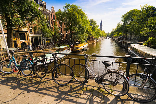 Bicylces by canal, Amsterdam.:スマホ壁紙(壁紙.com)