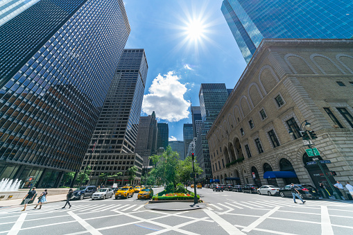 Park Avenue「The sunshine over the Midtown Park Avenue skyscrapers, which illuminates the skyscrapers, cars and people crossing the road intersection at New York NY USA on July 09 2017.」:スマホ壁紙(18)
