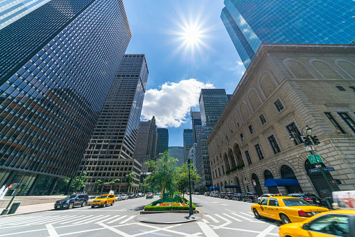 Park Avenue「The sunshine over the Midtown Park Avenue skyscrapers, which illuminates the skyscrapers and cars on the road intersection at New York NY USA on July 09 2017.」:スマホ壁紙(15)