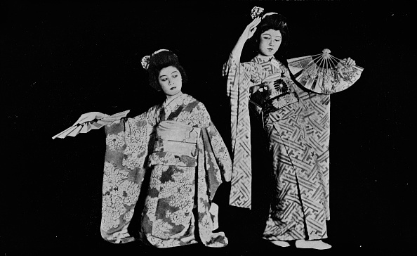 着物「'Dancing girl Kimi-chiyo attender almost every Japanese-style party in Tokyo' c1900, (1921)」:写真・画像(15)[壁紙.com]