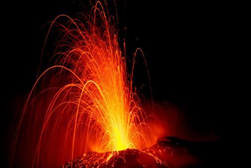 Erupting「Explosive eruption of Stromboli volcano at night.」:スマホ壁紙(17)