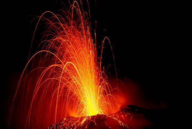 Explosive eruption of Stromboli volcano at night.:スマホ壁紙(壁紙.com)