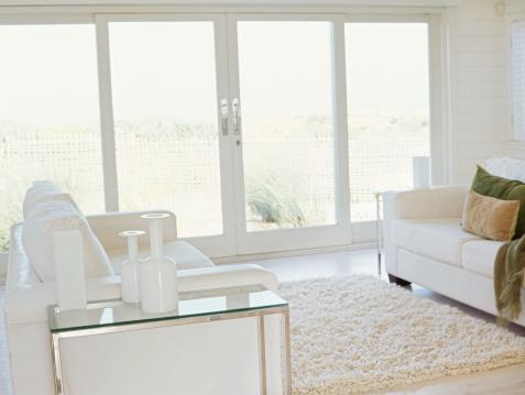 露出オーバー「white couch and a rug in a living room」:スマホ壁紙(6)
