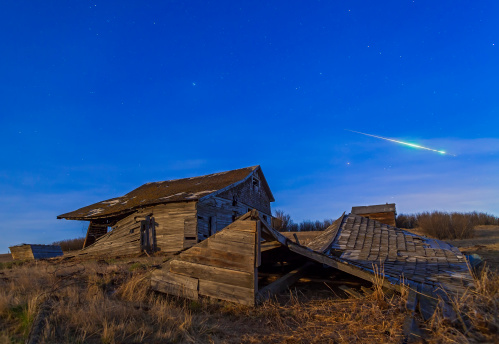 Fireball「April 25, 2013 - A bright bolide meteor breaking up as it enters the atmosphere under the light of a full moon.」:スマホ壁紙(0)