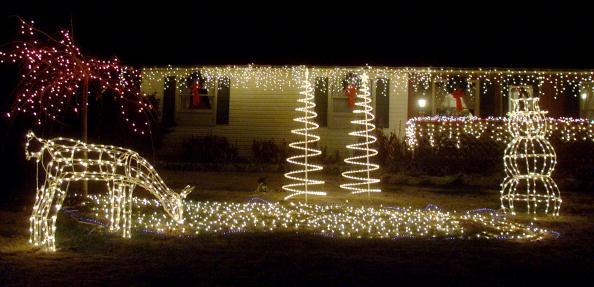 雪だるま「Deer and snowman Christmas lights in front yard」:写真・画像(12)[壁紙.com]