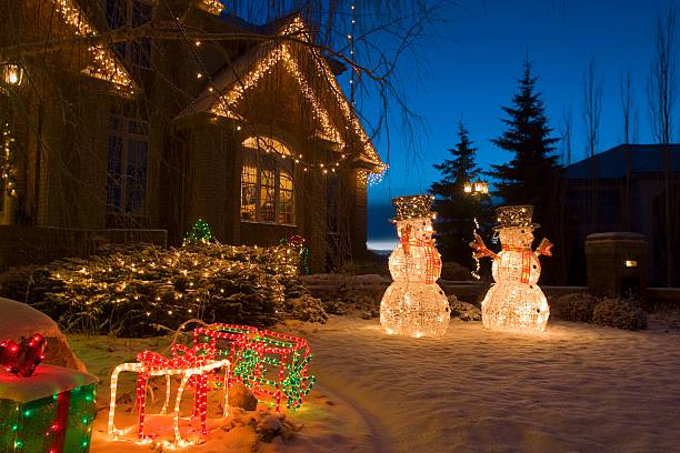 Christmas lights and snowmen outside house:スマホ壁紙(壁紙.com)