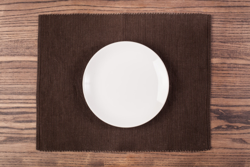 Place Setting「An empty plate on a wooden table」:スマホ壁紙(18)