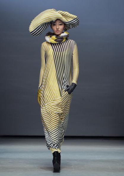Striped Dress「Singapore Designers Showcase - Runway- Seoul Fashion Week F/W 2014」:写真・画像(8)[壁紙.com]