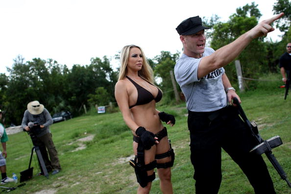 Reality TV「Web Reality Show Features Women In Bikinis With Automatic Weapons」:写真・画像(5)[壁紙.com]