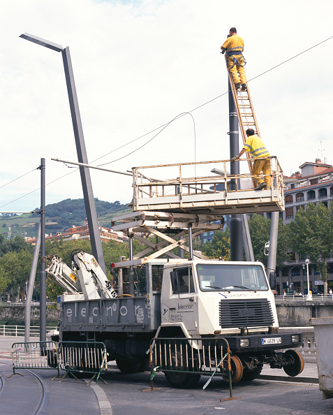 Balance「Workers preparing to install overhead power lines for new tram system Bilbao, Spain, September 2003」:写真・画像(17)[壁紙.com]