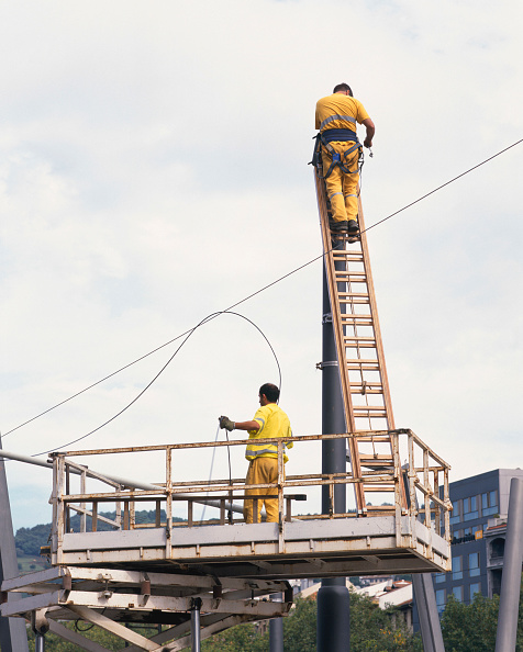 Examining「Workers preparing to install overhead power lines for new tram system Bilbao, Spain, September 2003」:写真・画像(18)[壁紙.com]
