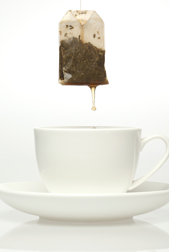 Teabag「Teabag dripping over white cup and saucer」:スマホ壁紙(18)