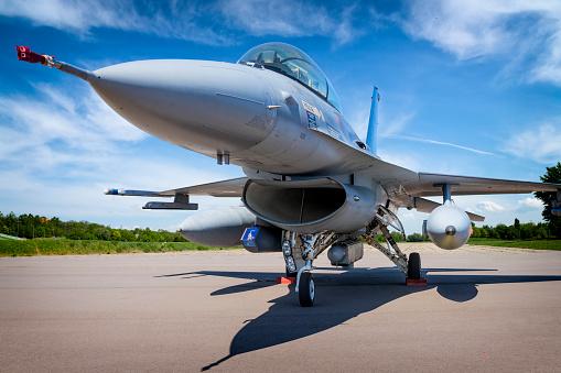 Fuselage「Military jet aircraft F-16」:スマホ壁紙(12)